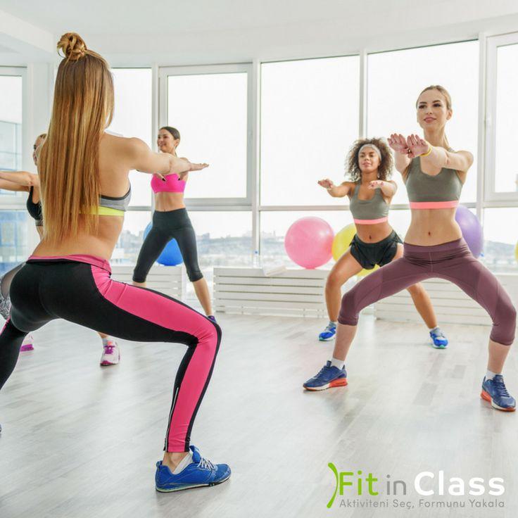 Geniş basenlerinizden kurtulmak, sıkı kalçalara ve kalkık bir popoya sahip olmak isterseniz mutlaka pilates, aerobik gibi grup egzersiz planınıza squatı ekleyin.  Squat ile sıkılaşmanın yanında yağ yakımınız hızlanır, performansınız artar ve daha kıvrımlı bir vücuda sahip olmanız kolaylaşır. www.fitinclass.com