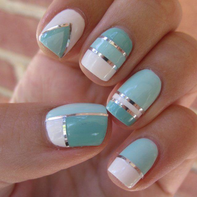 nail art simple DIY avec bandes argentées, vert menthe et blanc