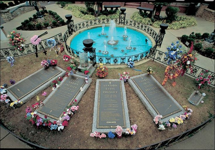 Graceland Elvis Presley Grave | ... grave sites at Graceland, Elvis Presley's home. ELVIS PRESLEY