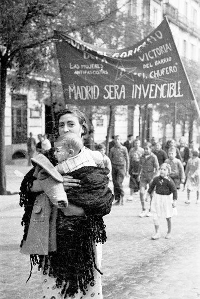 Spain - 1936. - GC - Madrid - Manifestación en la calle Génova. Una madre con su hijo en brazos, tras ella una pancarta reza Madrid será invencible