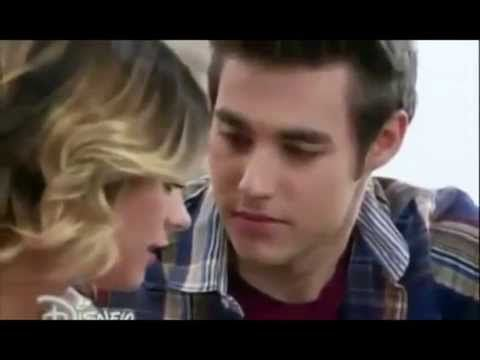 Violetta y Leon miran el videoclip y casi se besan - Violetta 3 Cap 63