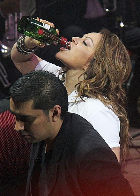 Jenni Rivera echandose Un Tekilaso