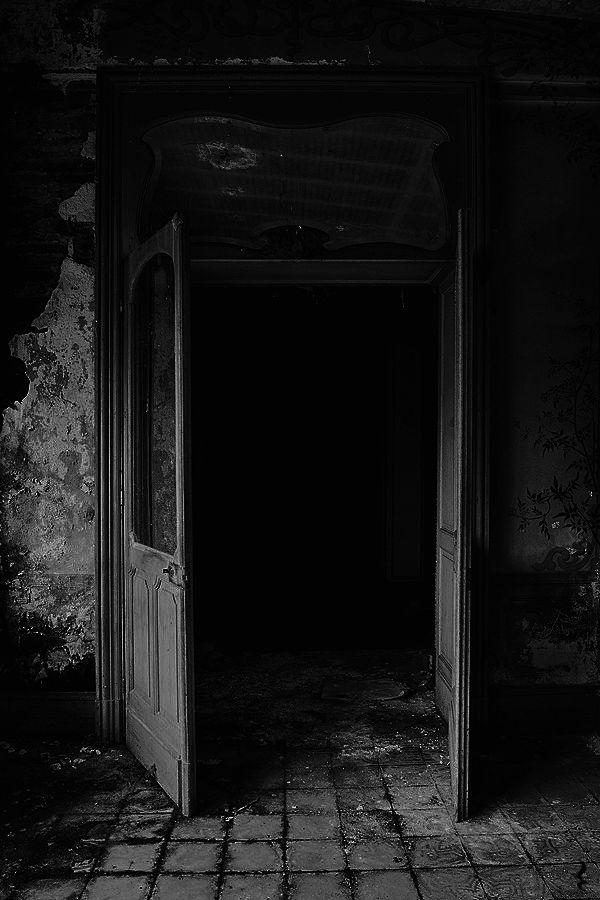 Darkestdee artist chloé leroy dees b w edit