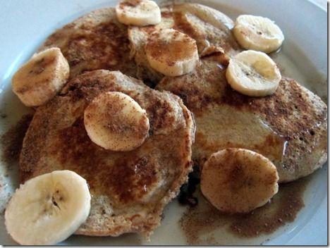 Banana protein pancakes  (4 mellomstore, tjukke pannekaker)  1/2 kopp havregryn   1/2 banan, most  1/4 kopp cottage cheese 1 egg 1/2 ts kanel Varm opp stekepannen på medium varme og ha i litt olje eller smør i panna. Kombiner alle ingrediensene i en blender eller kjøkkenmaskin og kjør den til en relativt jevn røre. Hell røra i panna – det er nok til cirka fire tjukke pannekaker. Stek i ca tre minutter, til kantene begynner å stivne. Snur pannekakene og steker i et par minutter til.