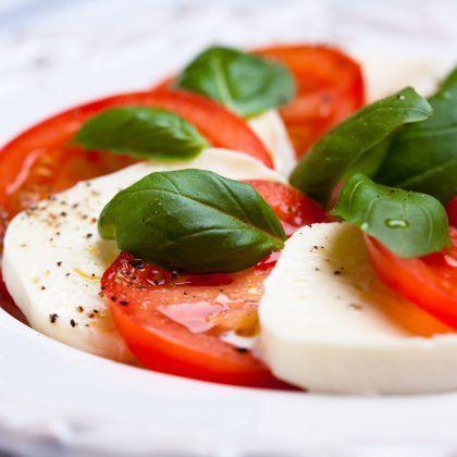 Caprese z pořádných rajčat, s čerstvou domácí bazalkou a nejlépe i zakapané balsamikem.