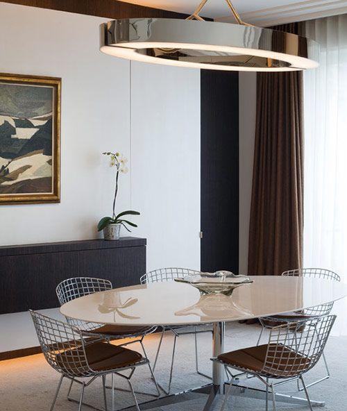 Sala de jantar com cadeiras Bertóia