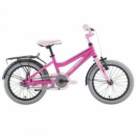 """Merida Bella 16 är en populär 16""""cykel. Ramen är i aluminium för låg vikt och den kommer levererad med fotbroms bak, V-broms fram, skärmar, stöd och heltäckande kedjeskydd."""