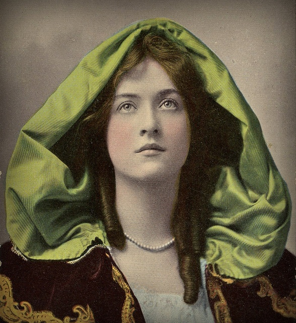 Maude Fealy, vintage postcard dated 1907.  Maude Fealy (American 1881 - 1971). Star of the Edwardian stage and silent films.