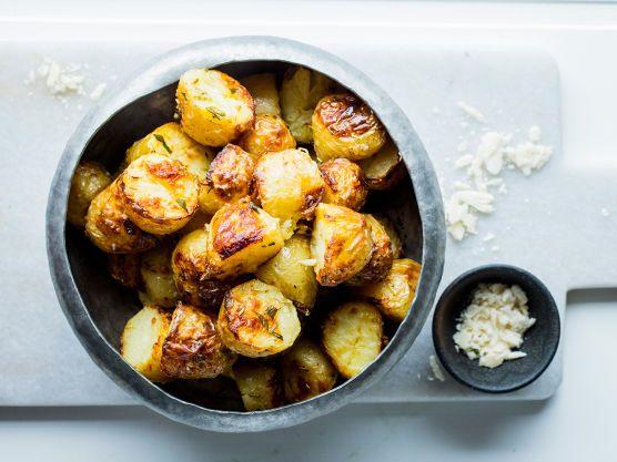 Oppskrift på saftige nypoteter med en sprø og gyllen parmesanskorpe etter en tur i ovnen. Perfekte poteter som tilbehør til biffen eller annet godt kjøtt.