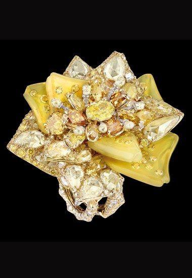 Bague Dior Joaillerie : Bague Bal d'Eté, or blanc, or jaune, diamants jaunes, diamants orange et opale golden