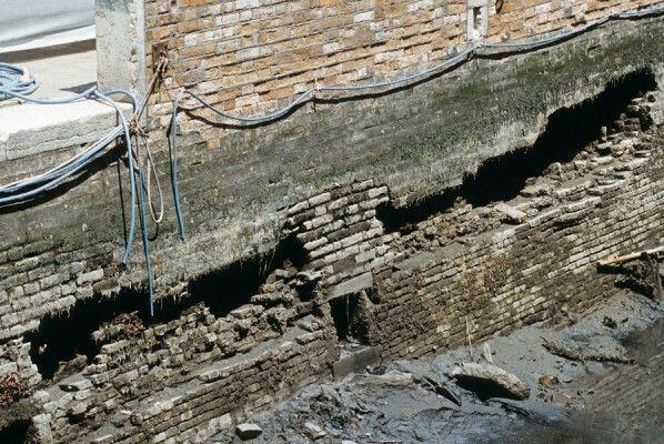 Rio di Santa Marina, luglio 1999. L'azione disgregante dell'acqua, in alcuni casi, arriva a destrutturare quasi completamente il muro di sponda, creando delle vere e proprie voragini nell'elemento portante