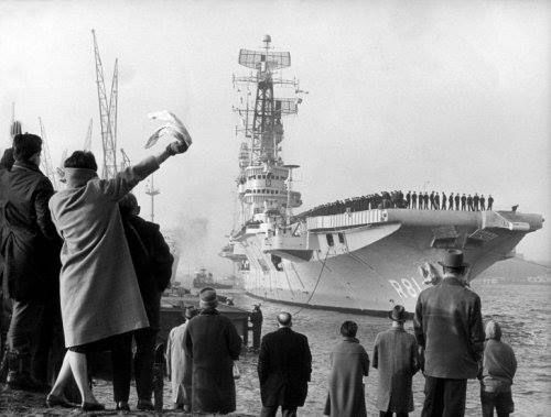 """De nederlandse vliegdekschip hr, ms, """"karel doorman"""" vertrekt uit rotterdam 1962"""