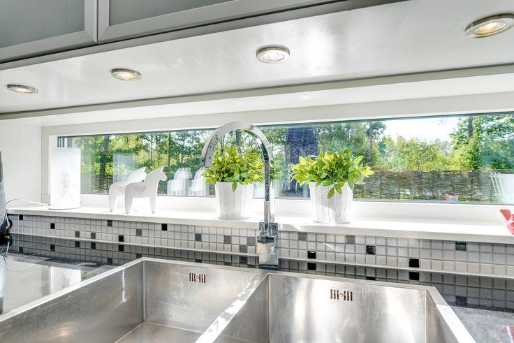 både fönster och spottar för god arbetsbelysning
