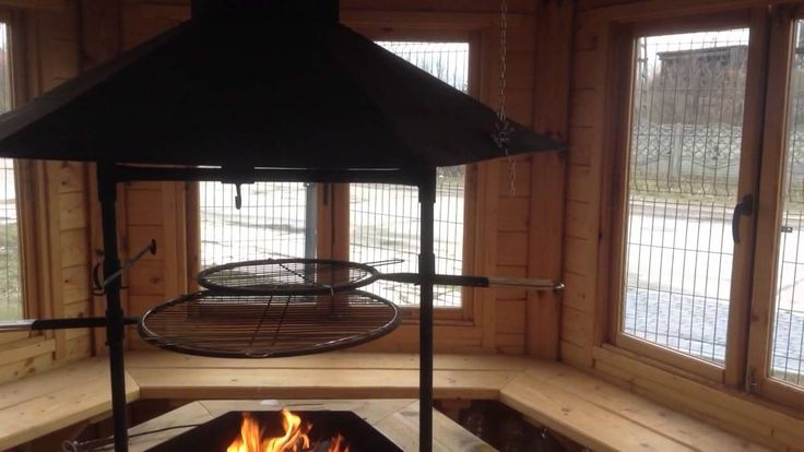 Ogień w domku grillowym