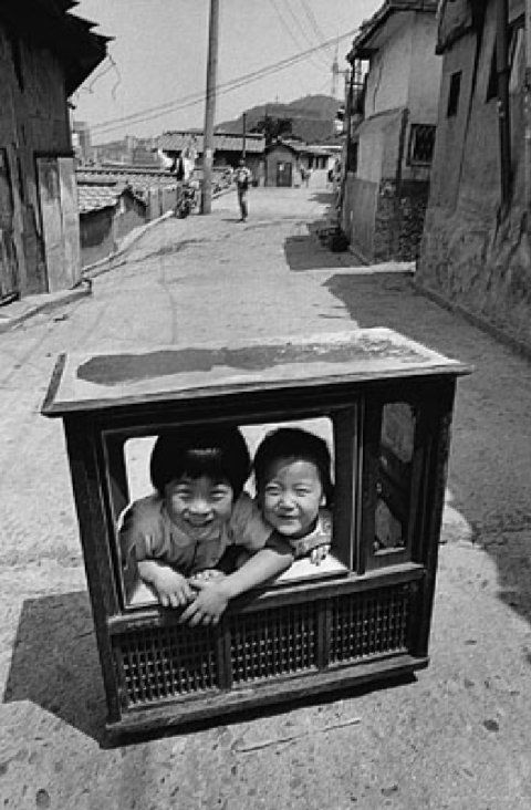오래된 서울. Japanese children playing in old television set. Vintage black and white Japanese photograph.