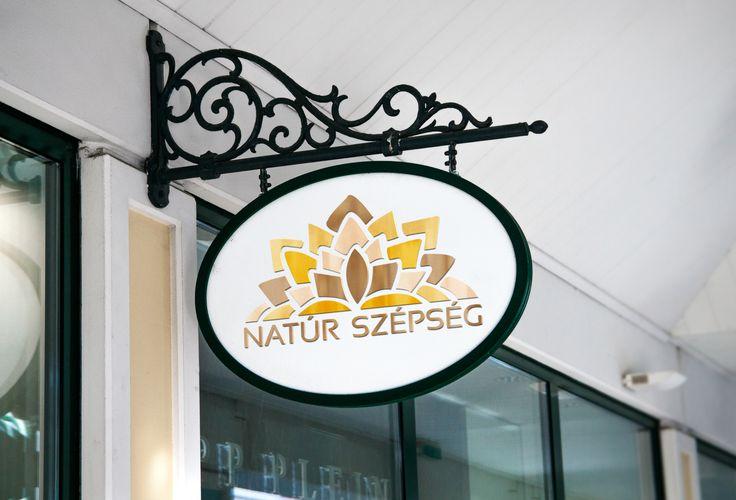Pintér Nanetta webdesigner hallgatónk logója egy képzeletbeli megrendelőnknek, a Natúr Szépség szalonnak.
