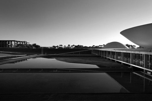 Oscar Niemeyer Through the Lens of Haruo Mikami,The National Congress domes on the right and the Ministry of Justice on the left. Image © Haruo Mikami