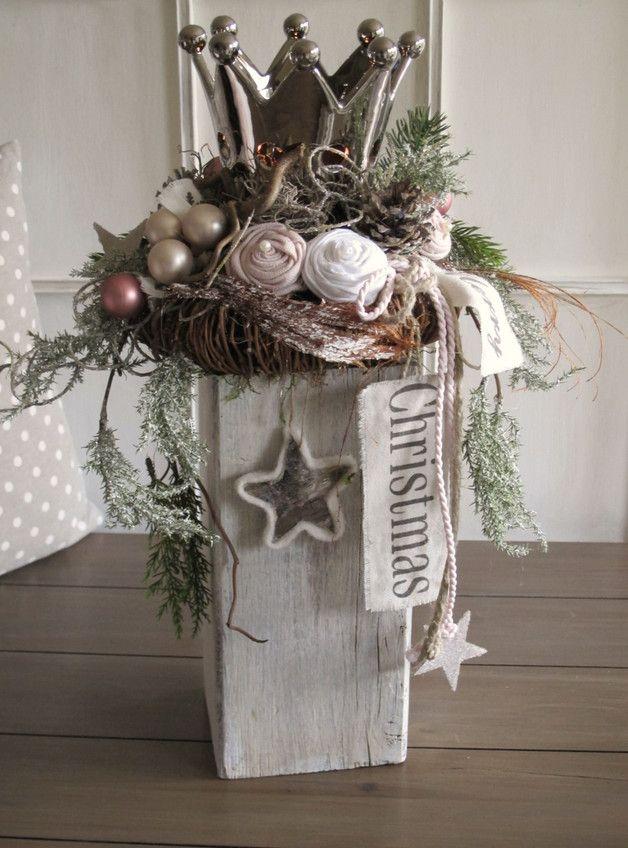 Edle Weihnachtsdekoration  Auf dem rustikalen geweißten Holzbalken wurde ein brauner Rebenkranz, eine edle, silberfarbene Krone, künstliche Tannen- und Koniferenzweige (z.T. geeist)...