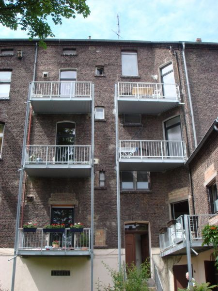 Balkon mit Balkoplanboden, Stabgeländer und Untersichtverkleidung