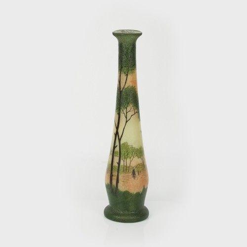 Vas soliflor Legras decorat cu piesaj lacustru și veliere Începutul sec. XX, Atribuit Legras, Paris sticlă suflată în tipar, pictată cu email, h=41 cm Valoare estimativă: € 300 - 450