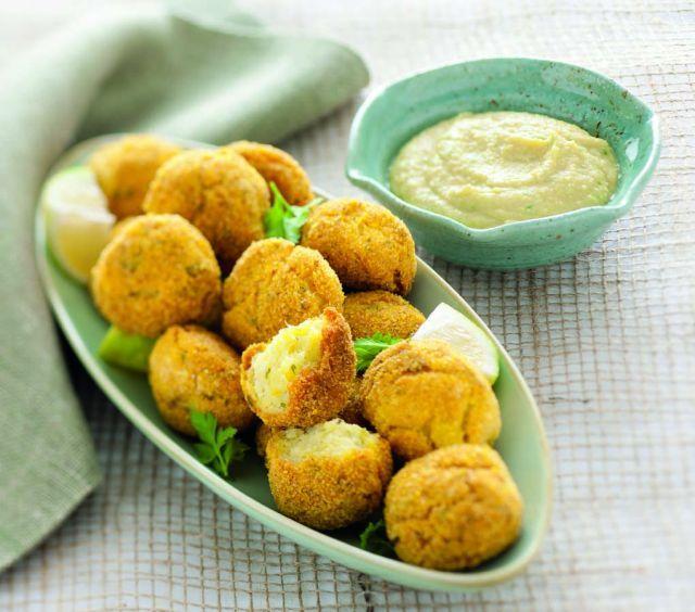 Crocchette di patate e baccalà con crema di ceci