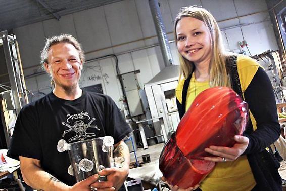 Menestystä kansainvälisessä lasikilpailussa! Kuvassa Kimmo Reinikka ja Helmi Remes. Kuva: Ari Peltonen /Aamuposti