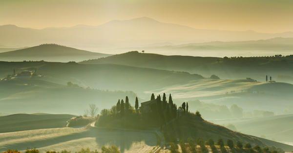 Este pedacito de Italia es, directamente, el Nunca Jamás del viajero. El punto y final, la tierra prometida, el lugar donde los huesos y los amaneceres duelen menos. Será por el plácido compás de sus días o por esa acumulación de monumentos. O simplemente porque es todo a lo que uno aspira en la vida: comer bien, pasear mejor y oler cómo el sol lo baña todo. Hay una Toscana para cada uno (urbanita, mochilero, gourmet…), pero, por si acaso, tiene unas obligaciones placenteras.