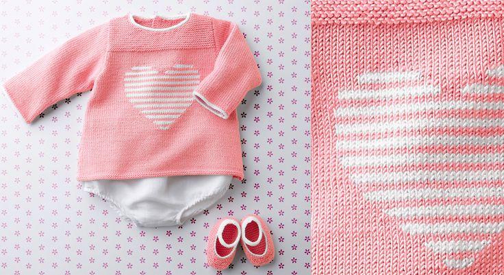 C'est une fille, bonne nouvelle pour les fans de rose. Voici une jolie brassière au point mousse et jersey décorée d'un motif cœur en jacquard sur le devant. Pour une tenue complète, ...
