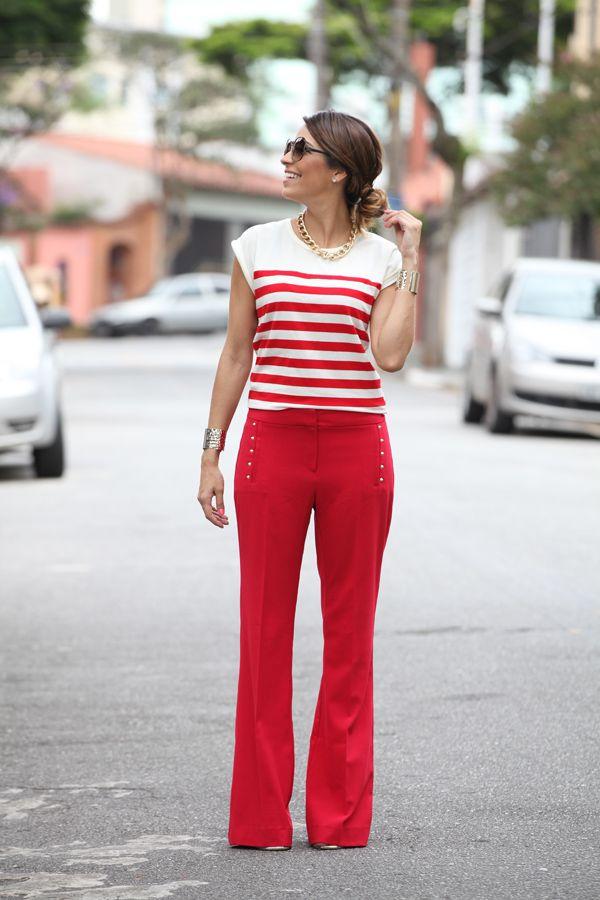 Calça de alfaiataria vermelha Este look com um casaquinho azul ou branco ficaria divino.