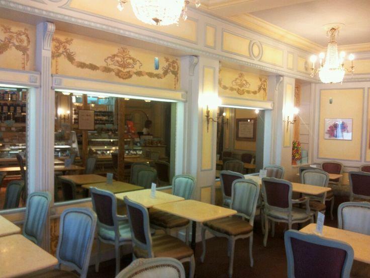 Dupont avec un thé à Deauville