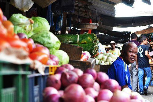 Verdulero 2 Puesto de verduras y frutas en la plaza del mercado de Bazurto en Cartagena de Indias.
