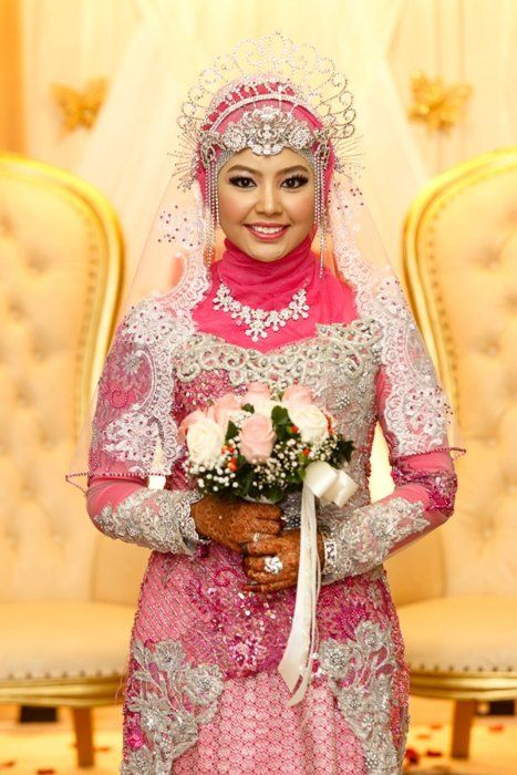 bride in pink kebaya