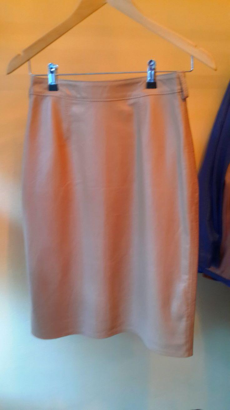 Falda de cuero rosa pálido tres cuartos