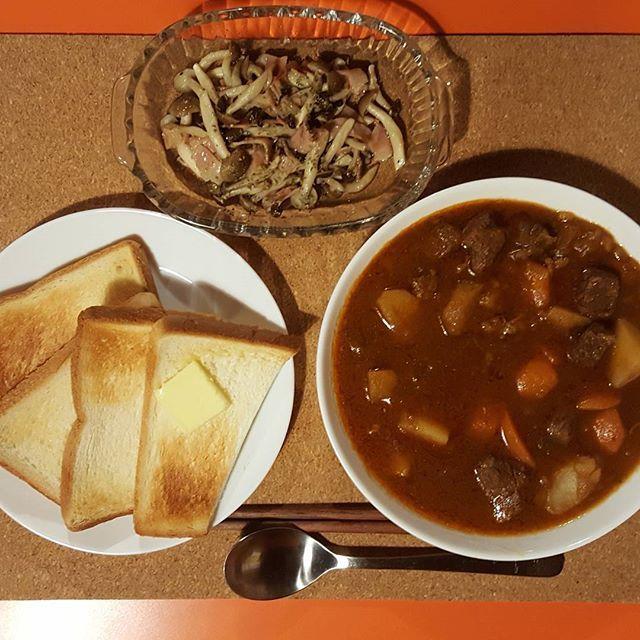 昨晩はビーフシチュー、ベーコンときのこのアヒージョでした。かなり煮込んでくれたのでトロトロで激ウマでした。 今日は風邪で寝込んでます。早く治したいです。 #ごちそうさまでした#夜ご飯#嫁ご飯#おうちごはん#ご飯記録#今日のご飯#手料理 #ビーフシチュー#シチュー#肉#にんじん#じゃがいも#トロトロ# #ベーコンときのこのアヒージョ#ベーコン#しめじ#アヒージョ #バタートースト#パン#トースト