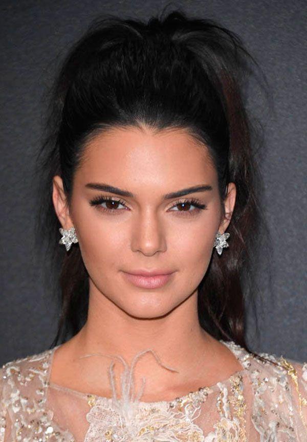 Kendall Jenner com penteado de rabo de cavalo messy