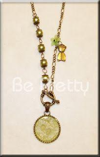 Colar comprido com pérolas de vido verde e medalhão pintado à mão.