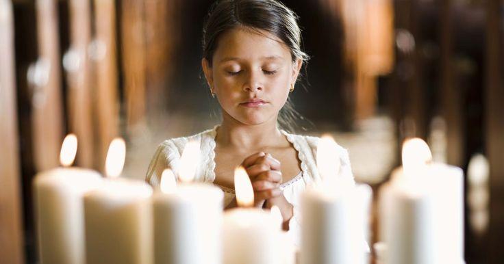 """O que significa os símbolos no Círio Pascal. O Círio Pascal é uma vela utilizada durante a vigília da Páscoa. O nome Pascal vem da palavra hebraica """"pasach"""" que significa passagem. A vela é acesa durante a vigília e simboliza a luz de Cristo, vencendo a escuridão e a morte. Ela é acesa até a Quinta-feira da Ascensão. Essas velas também são acesas durante batismos como um sinal da promessa de ..."""