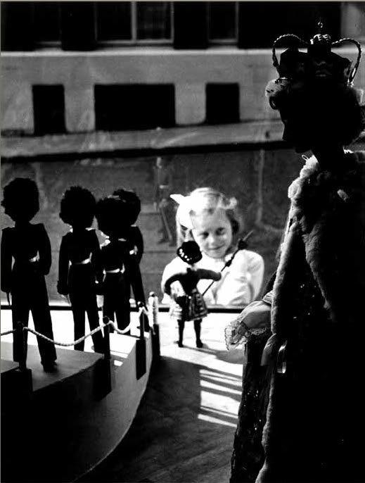 London, during Queen Elisabeth II Crowning - Izis Bidermanas