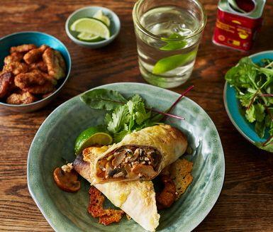 Här bjuds det på enchiladas med en härlig vegetarisk fyllning. Aubergine som rostas i ugnen tillsammans med vitlök och kanel kombineras med en krämig röra på bl.a. champinjoner, purjolök, sojabitar och keso. Toppa din enchilada med riven ost och gratinera i ugnen. Smaklig måltid!