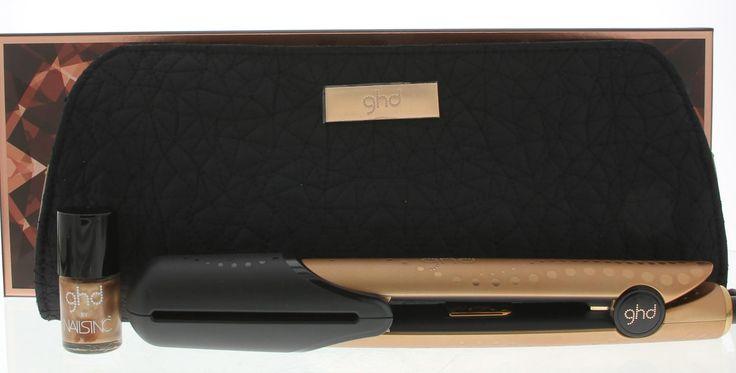 ghd V Gold Copper Luxe V Gold Styler Gift Set Pakket Styler  Bag  Nailpolish 1Stuks  GHD V Gold Copper Luxe Collection V Gold Styler Gift Set. Glad en glanzend haar is altijd goed. Deze luxe cadeauset bevat de bekroond met een award GHD Gold styler met een luxe kopere afwerking en is onderdeel van de limited edition collectie. Deze stijltang heeft een optimale temperatuur geavanceerde keramische warmte-technologie en contouraangevende platen wat er voor zorgt dat het haar glad glanzend en…