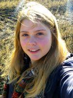 """Hanna Anuschka Korstian, wurde am 22. März 1995 geboren und schreibt, seit sie einen Bleistift halten kann. Von Oktober 2010 bis April 2011 nahm sie an dem KUS-Projekt der Friedrich-Alexander Universität Erlangen-Nürnberg teil und überquerte gemeinsam mit 31 weiteren Schülern zwei Mal den Atlantik auf dem traditionellen Toppsegelschoner """"Thor Heyerdahl""""."""