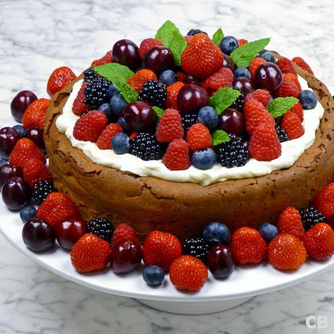 Chocolade-desserttaart met rood fruit: hiermee steel je de show! Dit zomerse dessert smaakt goddelijk en ziet er ook nog eens fantastisch uit. En er is nog meer goed nieuws. Hij is veel makkelijker te maken dan je zou denken! Recept met heel veel baktips!