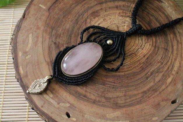 Collar en macramé hecho totalmente a mano con una piedra de cuarzo rosa engarzada en bronce, cuentas bronce y un abalorio de la India. El cierre es con un nudo corredizo ajustable a la medida...