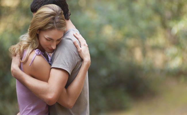 Um simples abraço pode ter efeitos psicológicos profundos como: 1. Reduzir o medo da mortalidade O que é muito interessante! Pesquisa publicada na revista