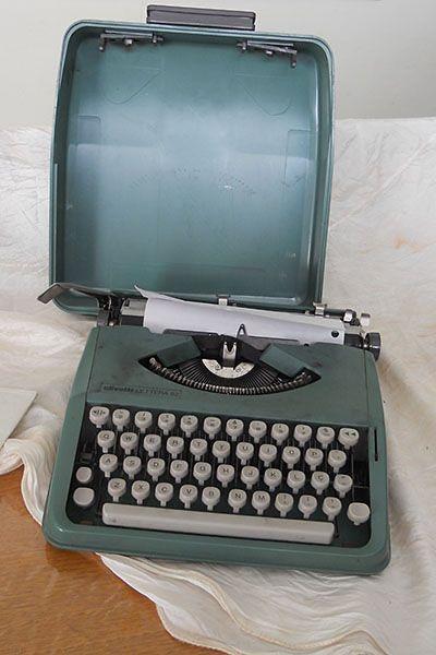 Old Olivetty Typewriter for sale.   Máquina de Escrever Olivetti Lettera 82 Vintage Excelente Estado. Antiguidade disponível em http://lojaarlete.celsobessa.com.br/loja/maquinas-de-escrever/maquina-de-escrever-olivetti-lettera-82-vintage-excelente-estado/