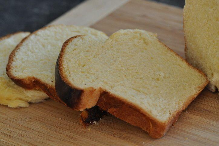 Voici une recette qui fait le tour des blogs en ce moment, mais quand on y a gouté, on sait pourquoi ! Cette recette est présentée comme un pain au lait mais moi je trouve que l'on y voit une belle brioche à la mie filante, moelleuse à souhait. Je l'ai...