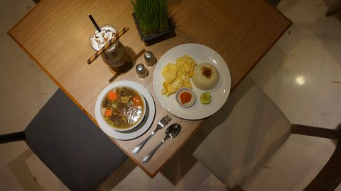 Indonesian Oxtail Soup at Kopi Bali House, Kuta - Bali   TravelJunkieIndonesia.com