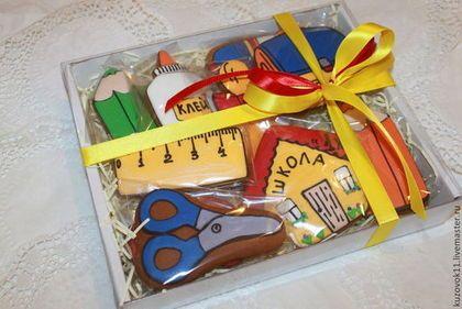 Пряники из имбирного теста со специями ,медом и свежим имбирем,покрытые сахарной глазурью,очень ароматные и вкусные. Каждый пряник может быть упакован в пакетик с ленточкой. Стоимость указана за набор в упаковке размером 22х26см.Может стать подарком как ученику,так и учителю.Состав можно изменить. Возможно изменить размер,дизайн ... О свойствах теста можно почитать ,нажав слева на слово…