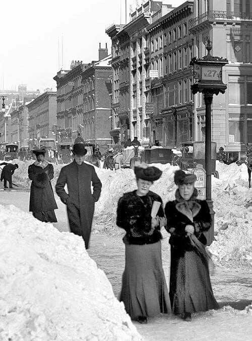 Fifth Avenue at West 27th Street after a snow storm. New York City, 1905 Librar-y.tumblr.com