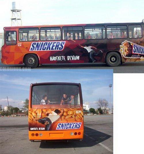 ラッピングバス広告 社内から懸命に手を差しのべて助ける